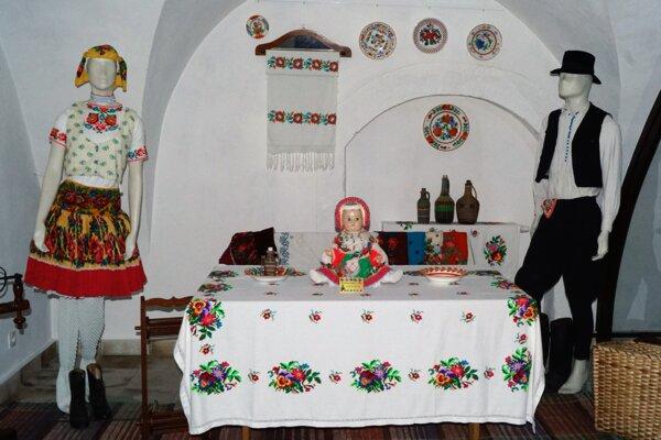 Výstava krojov a predmetov dennej potreby v divínskom Zichyho kaštieli.
