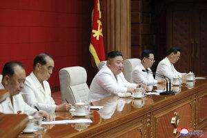 Kim Čong-un s členmi vlády Severnej Kórei.