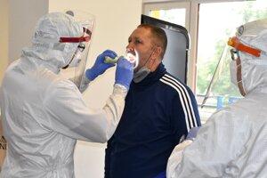 Tréner Michaloviec Jozef Majoroš počas testovania na Covid - 19.