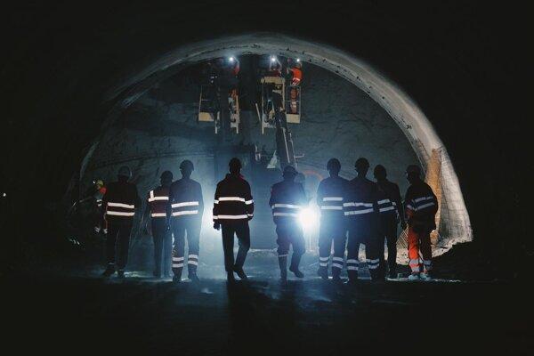 Razenie tunela si bol pozrieť minister Doležal.