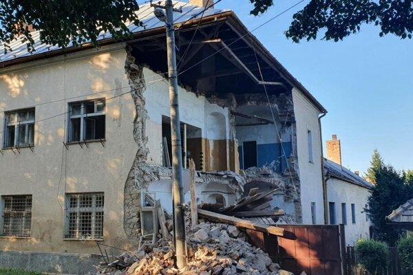Časť budovy tzv. starej školy sa zrútila.