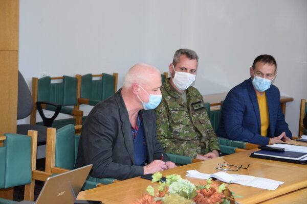 Tibor Záborský (vľavo) sa počas prvej vlny pandémie zúčastňoval aj na zasadnutiach okresného krízového štábu.