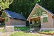 Nové chatky v turistickom areáli v Gombaseku v časti obce Slavec.