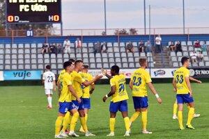 Futbalisti Michaloviec oslavujú pred hŕstkou fanúšikov gól v ligovom zápase proti Vionu Zlaté Moravce.