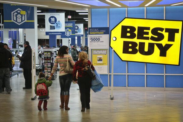 Zákazníci vstupujú do predajne spotrebnej elektroniky Best Buy v New Yorku.