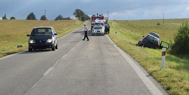 Vpravo Škoda Octavia, ktorú opitý vodič vytlačil z cesty.
