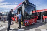 Dopravný podnik Bratislava predstavil nové 18 -metrové kĺbové autobusy Solaris New Urbino 18.