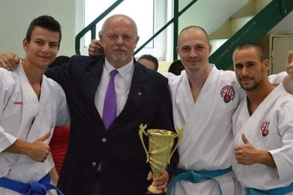 S pohárom pre víťazov Peter Baďura starší so svojimi zverencami.