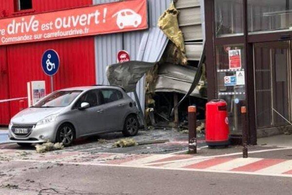 Výbuch bankomatu zranil desiatky ľudí.
