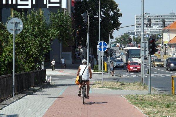 Cyklotrasa pri Univerzitnom moste.