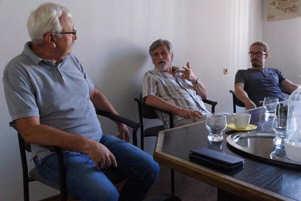 Súčasťou tímu architektov, ktorý pracoval na novom územnom pláne Košíc, boli okrem iných Dezider Kovács (vľavo), Viktor Malinovský (v strede) a Jakub Marek (vpravo).