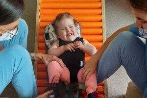 Sofia musí chodiť na rehabilitácie takmer každý deň.