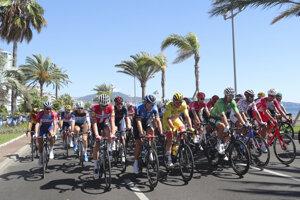 Peter Sagan v zelenom drese v pelotóne počas 2. etapy na Tour de France 2020.