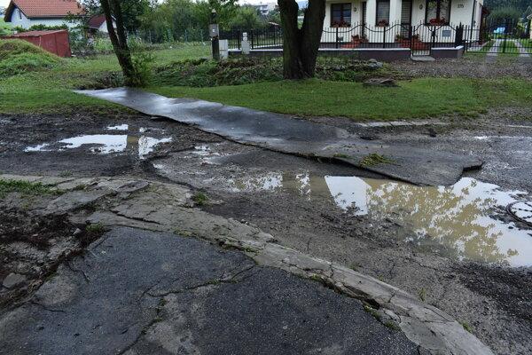 Následky nedávnej lokálnej povodne na Gaštanovej ulici.