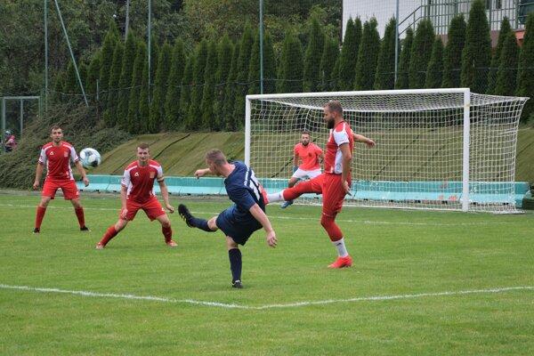 Do Kolárovíc (hráči v červenom) pricestovali v sobotu na zápas futbalisti OŠK Divinky-Lalinok.