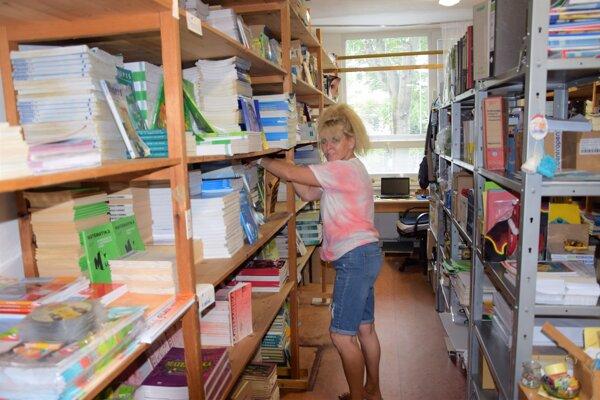 Pred začiatkom školského roku musia byť na poriadku zošity aj učebnice.  Pre žiakov ich chystali ivSpojenej škole M. R. Štefánika vo Vrútkach,