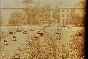 Príchod tankov vroku 1968 na vojenské nástupište.