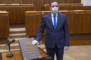 Martin Čepček pri skladaní poslaneckého sľubu.