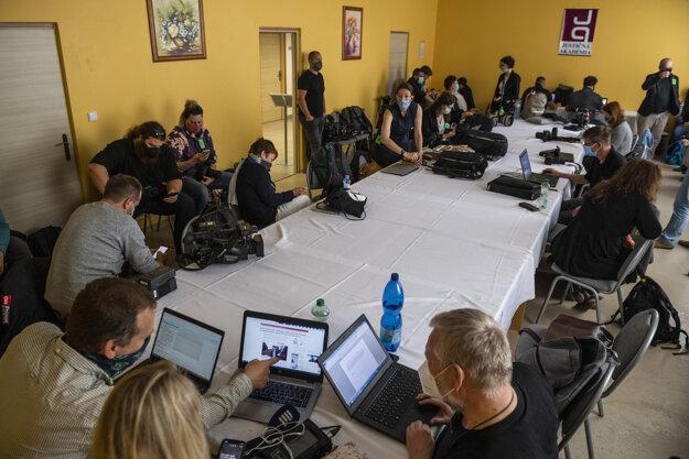 Novinári čakajú pred hlavným pojednávaním.