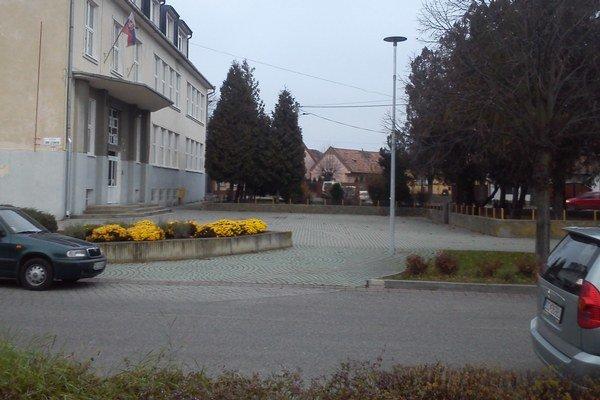 Miesto, kde by zamestnanci školy chceli parkovať. Chýba však príjazdová cesta. A ani jazda po chodníku nie je dovolená.