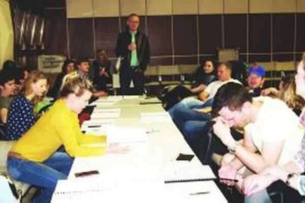 Herci a tvorcovia počas čítačky v DAB.