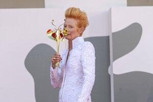 Tilda Swinton v dlhom kabáte od Chanel Haute Couture.