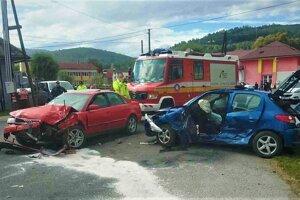 Obe autá boli po nehode rozmlátené.