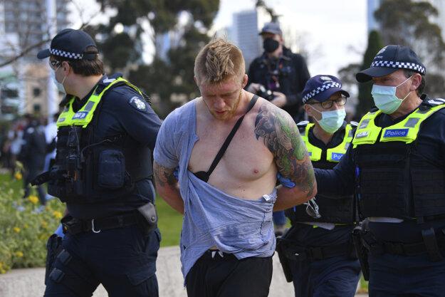 Austrálska polícia zatýkala na protestoch proti koronaopatreniam.