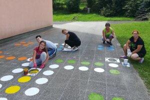 Pri maľovaní pomáhali aj deti.