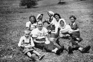 Obed s uhorkovou polievkou na Rovniach - 1943.