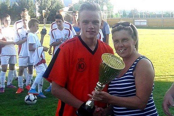 Mária Hudecová odovzdáva víťazný pohár Patrikovi Zaťkovi, kapitánovi víťazného tímu OŠK Selec.