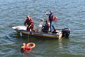 Hasiči nacvičovali evakuáciu ľudí z výletnej lode na Domaši.