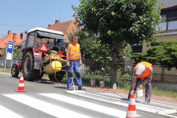 Cestári Peter Šabo a Jozef Kollár sa minulý týždeň pri práci poriadne zapotili.