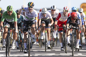 Sam Bennett sa teší z triumfu v 10. etape na Tour de France 2020, Peter Sagan úplne vľavo.