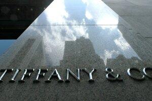 Nápis firmy Tiffany and Co. v obchode v New Yorku.