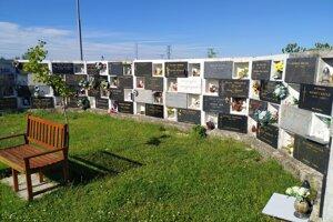 Jedna z aktuálnych urnových stien na cintoríne sv. Jozefa v Nových Zámkoch