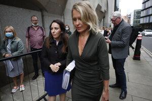 Zľava právnička Jennifer Robinsonová a Assangeova partnerka  Stella Moris prichádzajú na pojednávanie v Londýne.