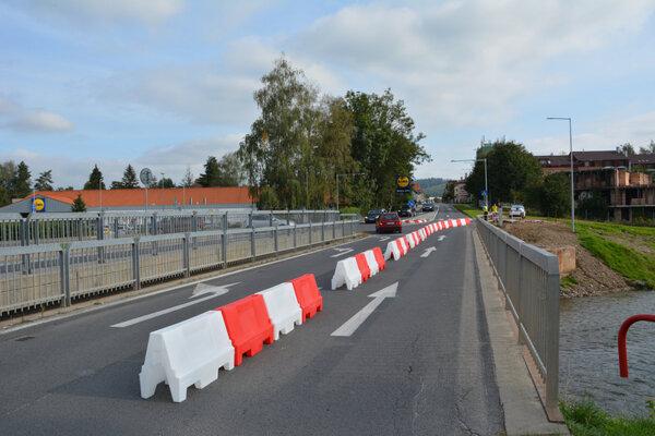 Vodiči sa musia podeliť o priestor na moste s chodcami.