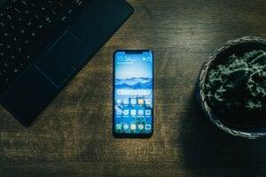 Ilustračná fotografia. Google vypustil novú, jedenástu verziu operačného systému Android. Používateľom uľahčuje prístup ku každodenným veciam, ktoré robia pomocou mobilu.