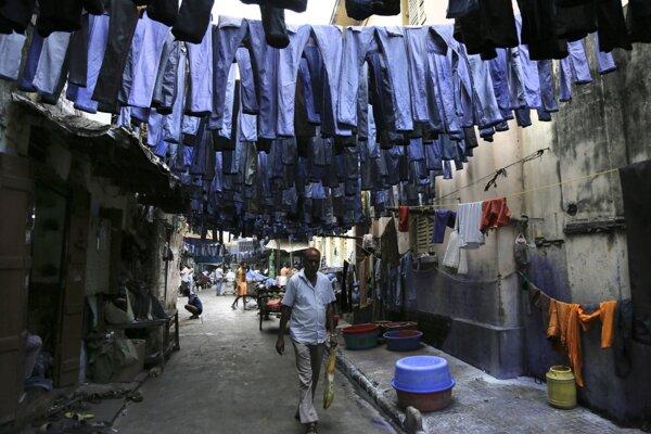 Sušiace sa oprané džínsy visia cez ulicu na trhu s textilom v indickej Kalkate. Nová štúdia zistila, že jeden pár môže pri praní vypustiť až 50-tisíc mikrovlákien.