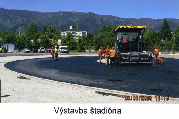 Výstavba štadióna počas leta.