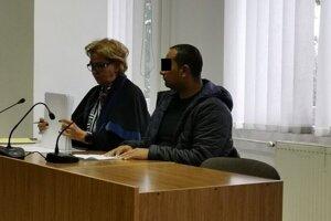 Vodičovi z Bystrian na súde do reči veľmi nebolo. Vľavo advokátka Helena Knopová.