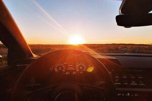Zapadajúce slnko spôsobuje vodičom nepríjemné oslepenie, treba byť preto obozretný.
