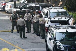 Policajti pred nemocnicou, kde hospitalizovali v kritickom stave dvoch postrelených kolegov.