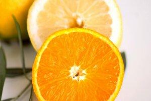 Pravidelné jedenie pomarančov a pitie pomarančového džúsu je jednoduchý spôsob, ako v strave doplniť vápnik