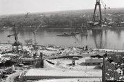 Apríl 1971. V apríli sa oceliari pripravovali na osadenie ďalšieho 75-metrový dielec mosta a druhý pomocný pilier, ktorý sa potopil s loďou Šariš.