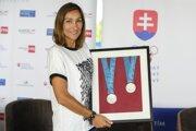Martina Moravcová s dvomi olympijskými medailami zo Sydney. Prvú získala na 100 m motýlik, druhú pridala na 200 m voľný  spôsob.
