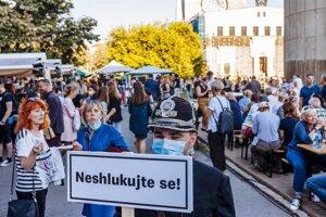 Vinobranie na pražskom námestí Jiřího z Poděbrad sa konalo 11.septembra. Na akciu boli najatí, tzv. rozháňači, ktorí mali ľudí upozorňovať na rozostupy.