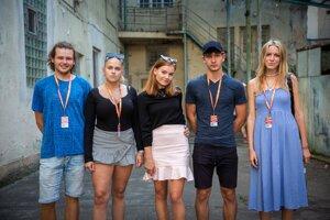 Piati mladí režiséri.