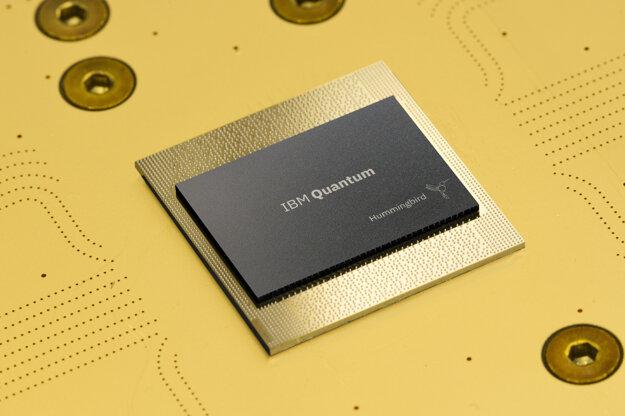 Procesor najnovšieho kvantového počítača IBM so 65 qubitmi s názvom HummingBird, ktorý predstavili v septembri.